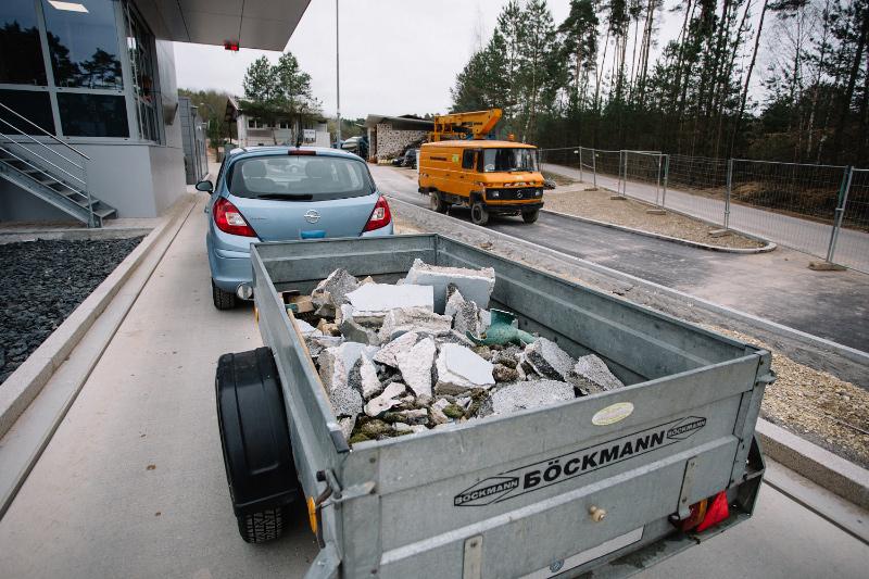 Auto mit Anhänger fährt auf die Waage der Annamestelle Deponie Laubberg